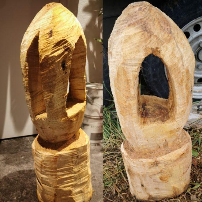 einfache Holzskulptur aus zwei Blickwinkeln